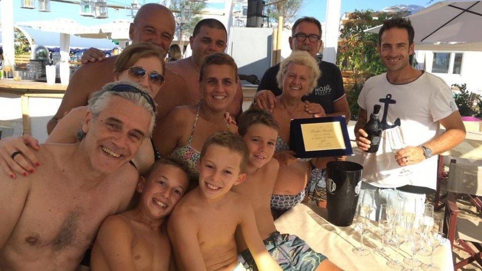 Nella foto Rosetta Bianchi, circondata dai tre figli Laura, Federico e dai 2 nipotini, riceve la targa da Gian Piero e Claudio Tamburini