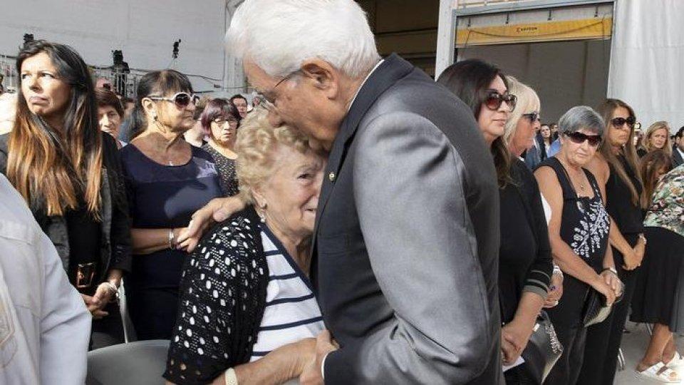 L'abbraccio di Sergio Mattarella. Foto ansaGenova: un anno fa il crollo del Ponte Morandi. Mattarella abbraccia i familiari delle vittime