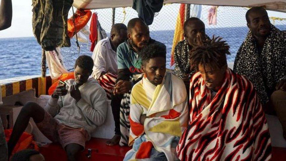 Migranti: Open Arms ormeggiate a Lampedusa con divieto di sbarco