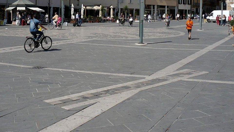 Il luogo dell'esecuzione è segnalato a terra dalla proiezione idealizzata della trave cui erano appesi i tre giovani