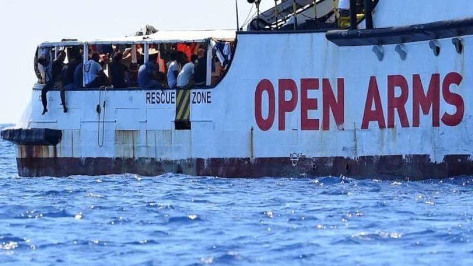 """Proposta Open Arms: """"Trasferire i migranti da Catania a Madrid in aereo"""""""