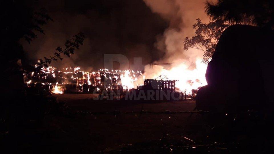 L'incendio nel deposito di rotaballeL'incendio a Rimini