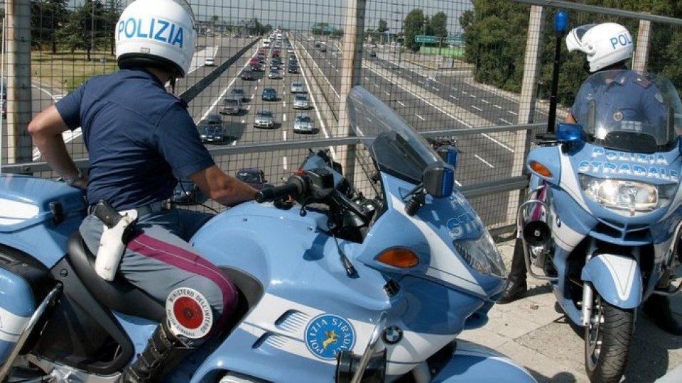 Una pattuglia della polizia stradale controlla il traffico. Foto ansa