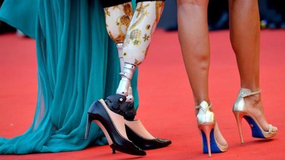 Giusy Versace sul red carpet con protesi a vista e tacchi a spillo firmati dalla sammarinese Ninalilou