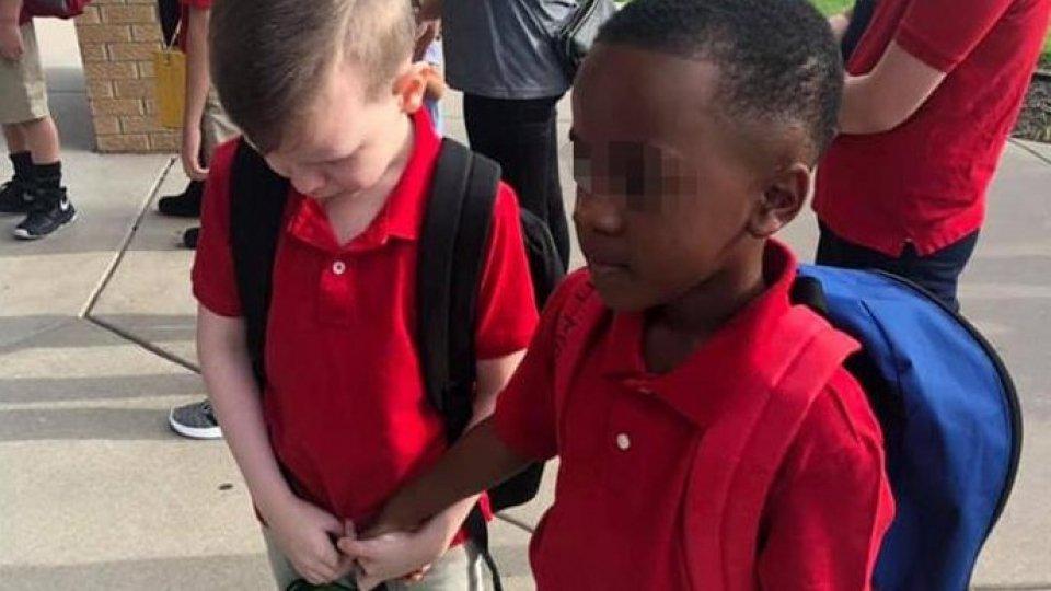 Prende per mano il compagno autistico nel primo giorno di scuola, la storia fa il giro del mondo