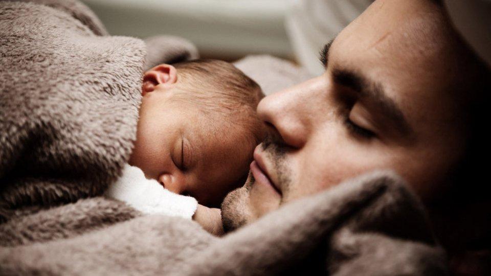 Un padre con il figlio. Foto @PublicDomainPictures.net