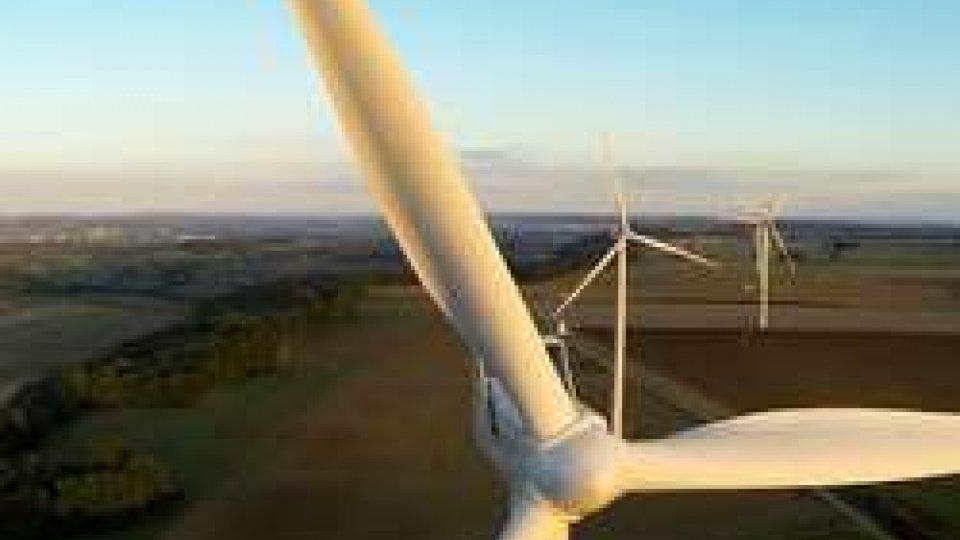Pale eolicheRinnovabili-fossili, il gap si riduce: entro un biennio l'energia green sarà più competitiva