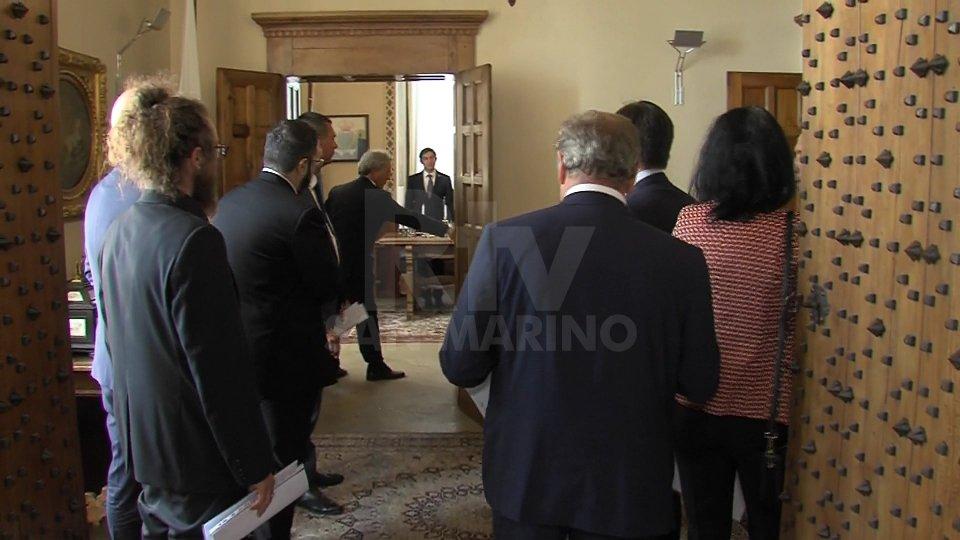 L'opposizione presenta le dimissioni