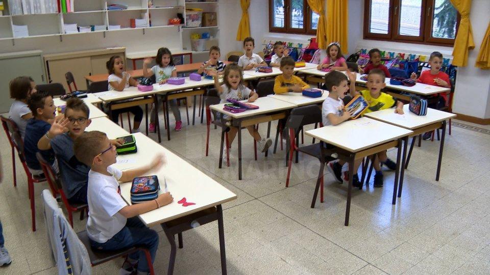 I bambini sui banchi di scuola