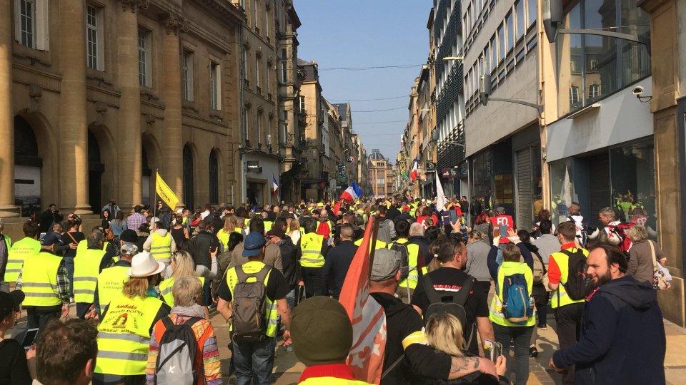 Tornano i Gilet gialli, scontri sugli Champs-Elysees, Greenpeace lascia la marcia per il clima