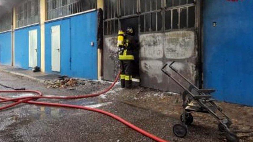 Rimini, incendio in magazzino in zona artigianale: 5 evacuati