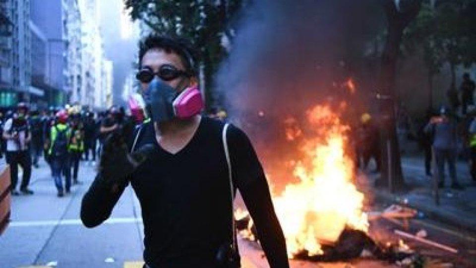 Tensione ad Hong Kong: 51 feriti, 100 arresti
