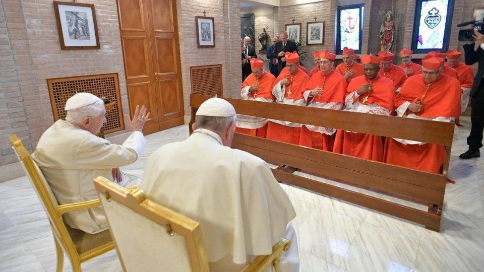 Papa Francesco e Benedetto XVI incontrano i cardinali. Foto twitter