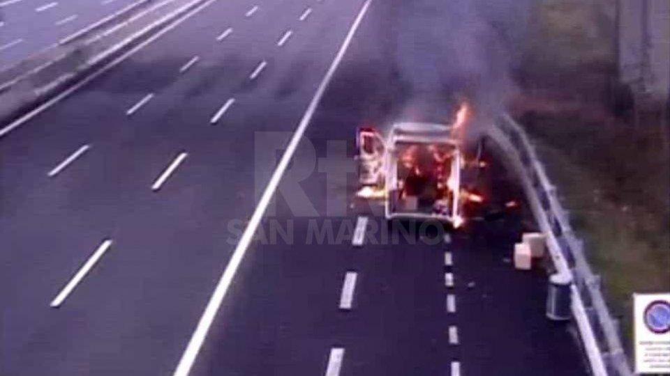 Il furgone in fiamme ripreso dalle telecamere di Autostrade per l'Italia
