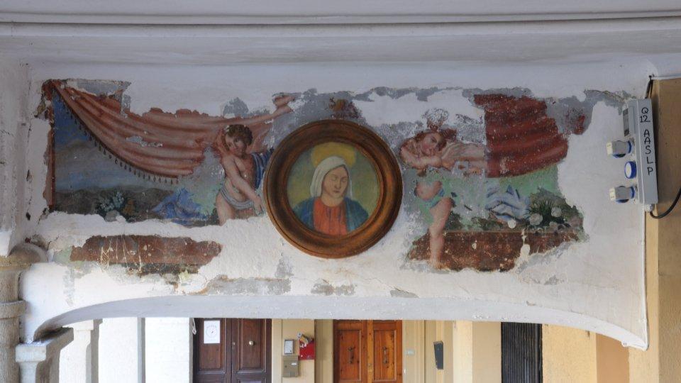 Due angeli ottocenteschi spuntano nell'antico Mercatale durante lavori di restauro