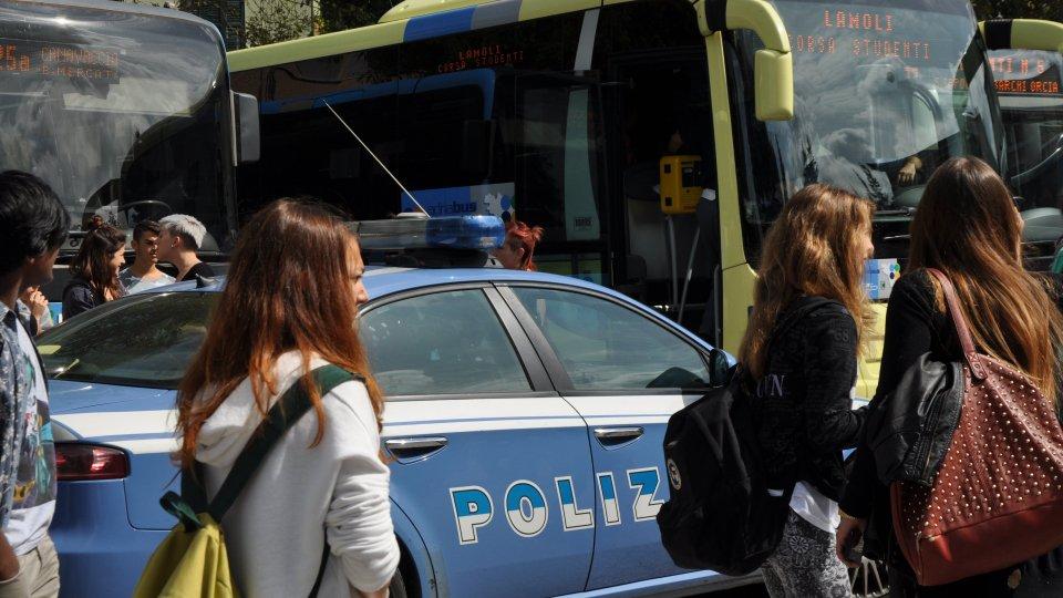 Droga: Polizia di Urbino trova marijuana e hascisc su bus scolastico