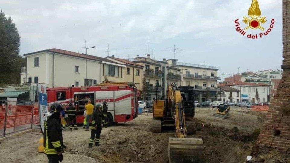 La ruspa trancia i cavi elettrici a Castel Sismondo:  black out in centro storico