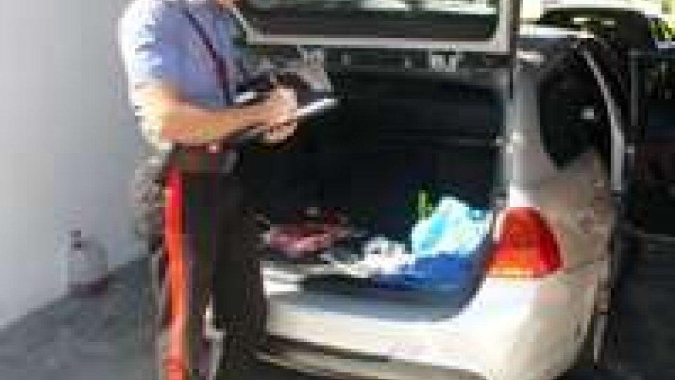 Folle fuga a bordo di un'auto rubata
