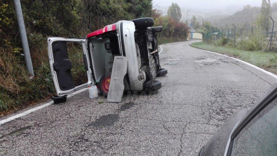 Auto perde il controllo a causa dell'asfalto bagnato a Sant'Aquilina