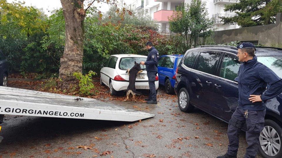 Blitz della Municipale: spaccio e prostituzione nel parcheggio della mensa dei poveri a Rimini