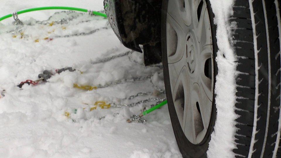 Anticipato al 15 novembre obbligo pneumatici da neve o catene a bordo, come San Marino