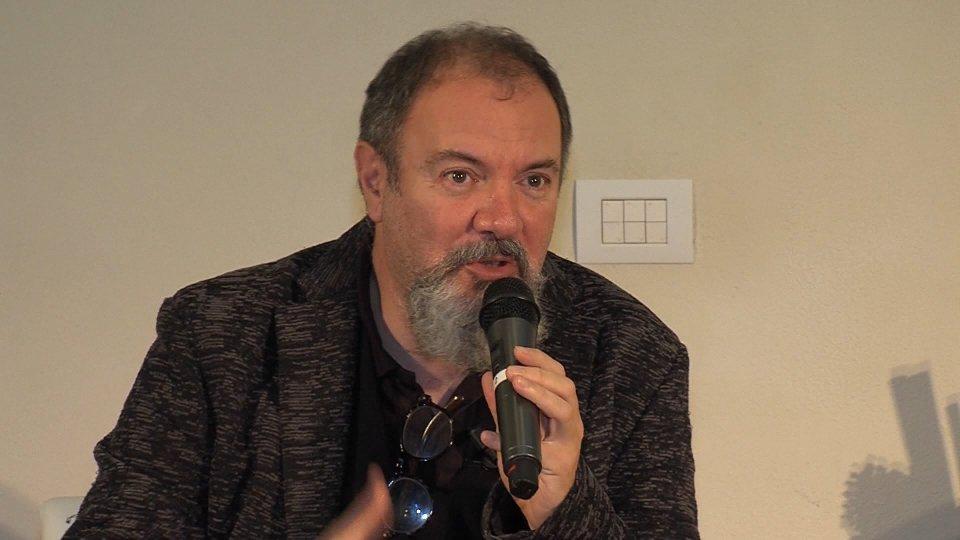 Applausi a scena aperta per Carlo Lucarelli a Villa Manzoni
