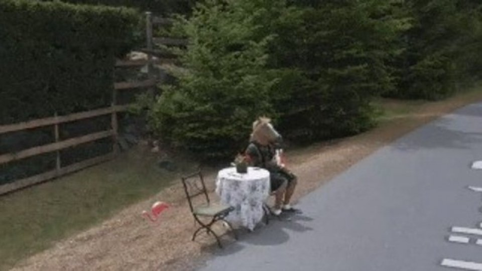Un uomo con la maschera da cavallo su street view