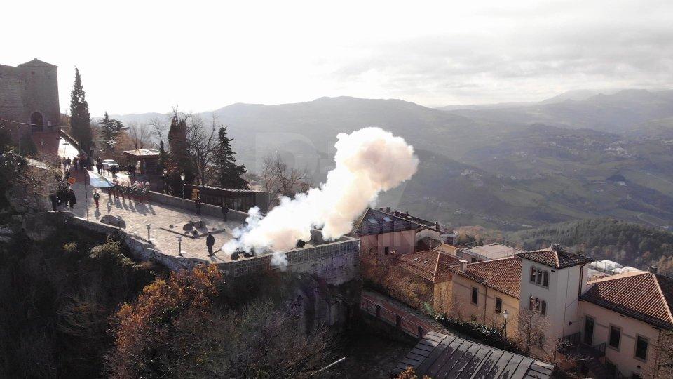 """Gli uomini della compagnia di artiglieria della Guardia di Rocca sparano le """"salve"""" dal Piano dei Mortai"""