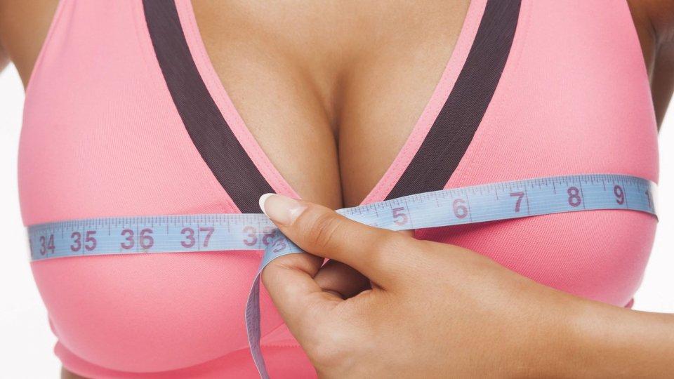 Guardare il seno femminile prolunga la vita degli uomini
