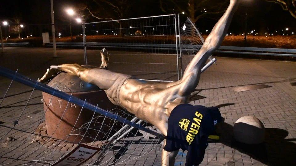"""Ibra """"ko"""": abbattuta la sua statua a Malmoe"""