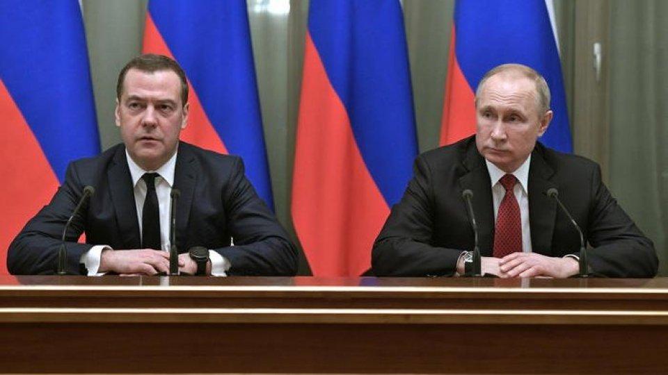 Dmitry Medvedev e Vladimir Putin (Ansa)