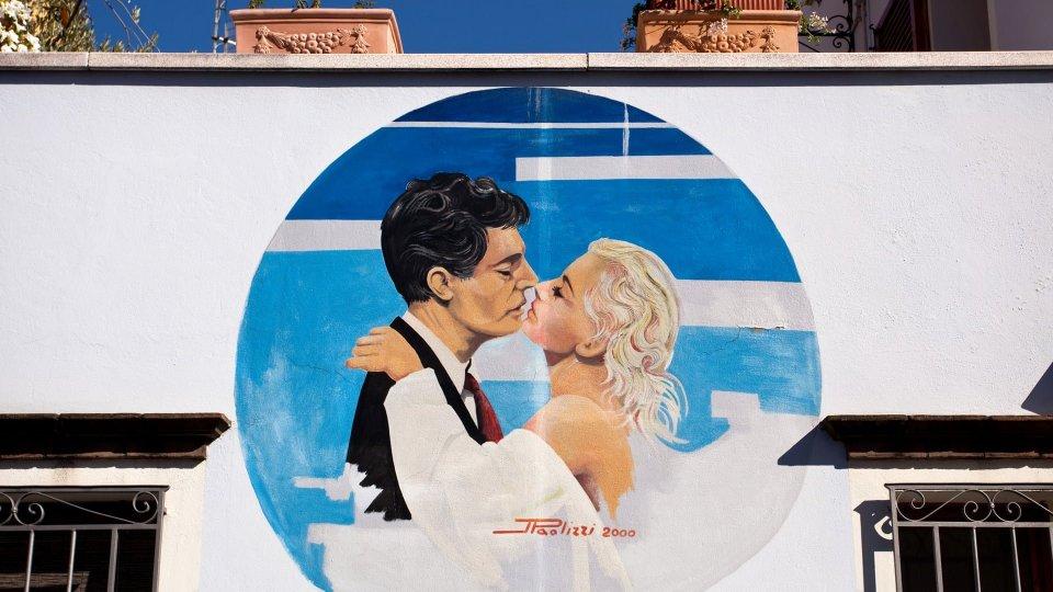 """""""Un tour nella magica città natale di Fellini"""". Anche l'edizione on line del Guardian celebra Rimini"""