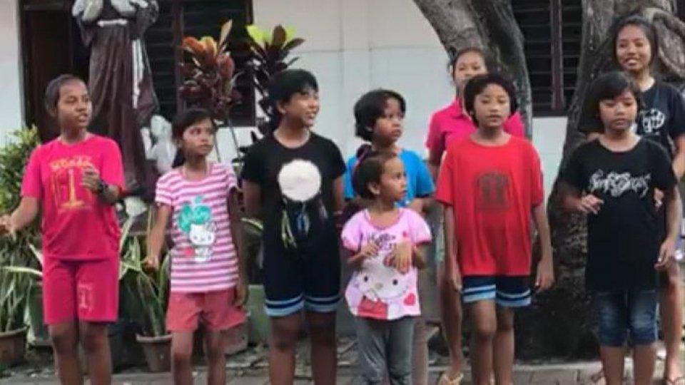 """Il concorso d'arte """"Autoritratto"""" incontra i bambini di Bali: è stato subito amore"""