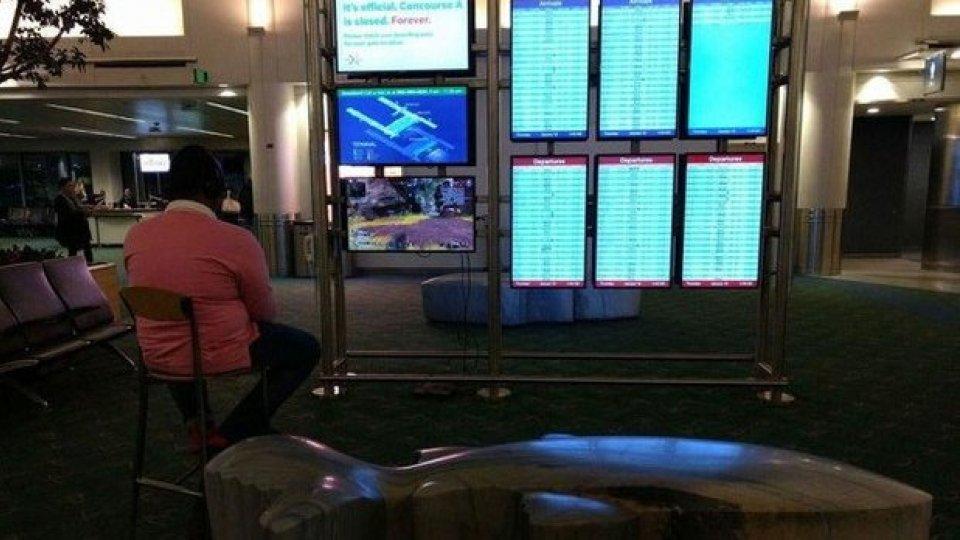 Si collega al monitor dell'aeroporto per giocare alla Playstation