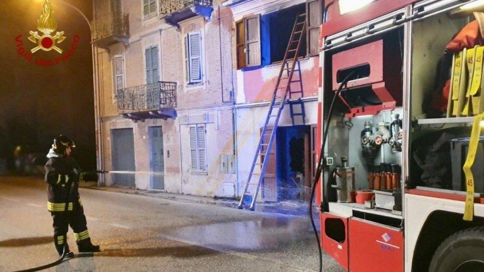 In fiamme un appartamento, in 4 si rifugiano sul balcone