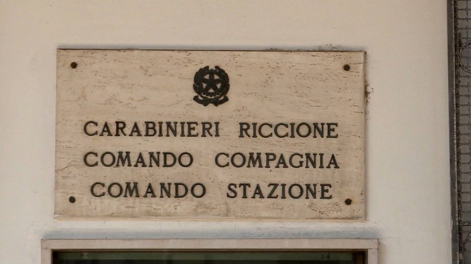 Rapina con pistola in bar a Misano, bottino oltre 2mila euro