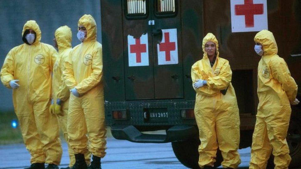 Operatori sanitari si tutelano contro il coronavirus (Ansa)
