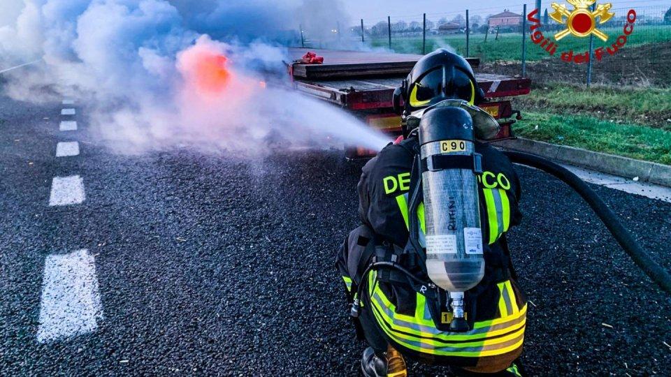Incendio sulla A14, intervengono all'alba i Vigili del Fuoco