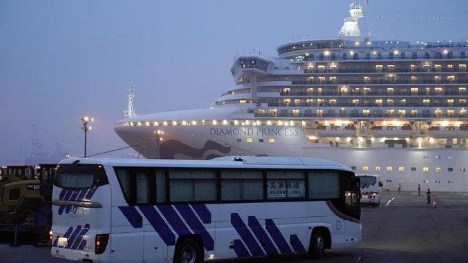 Lo sbarco dei passeggeri di mercoledì nella Diamond Princess (Ansa)