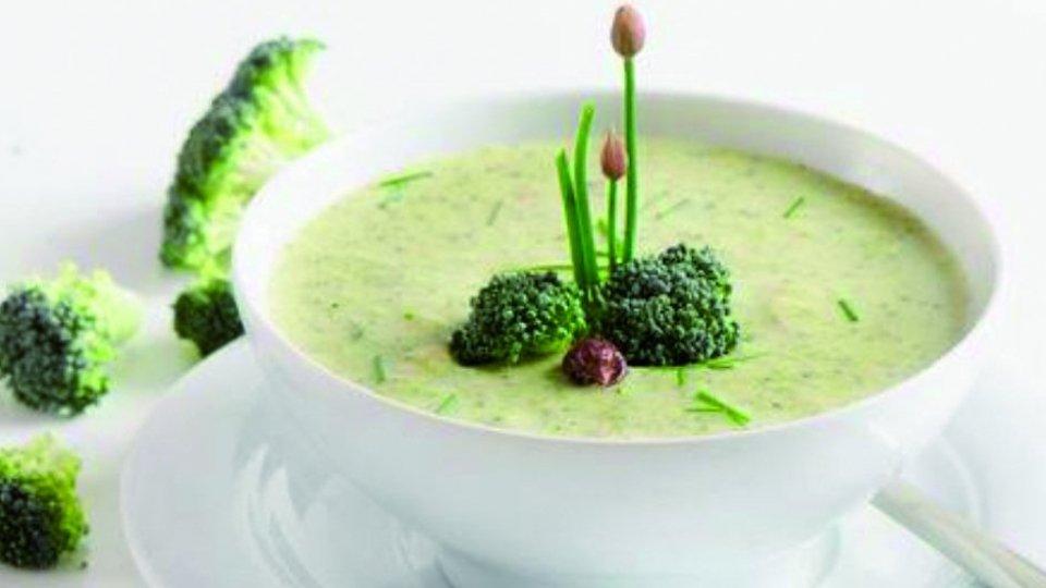 Crema di broccolo con noci di macadamia