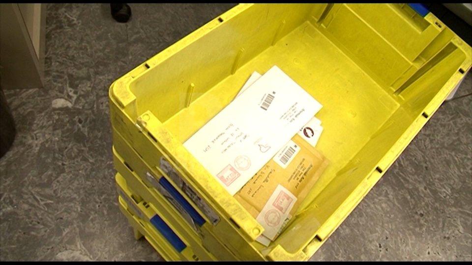 Poste: sì alla consegna dei pacchi a domicilio