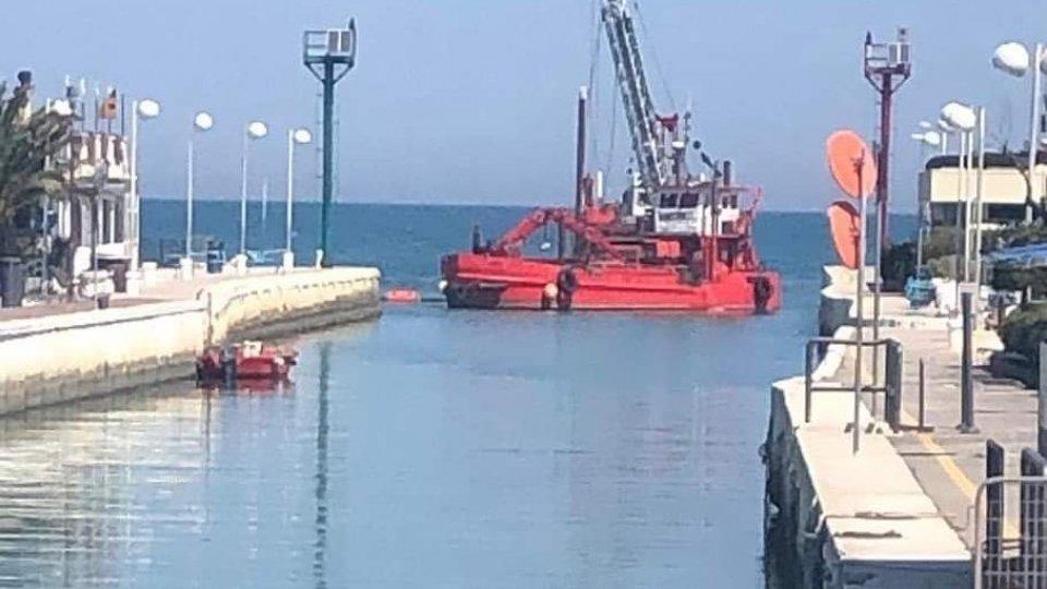 Ripresi i lavori per il dragaggio del porto canale di Riccione