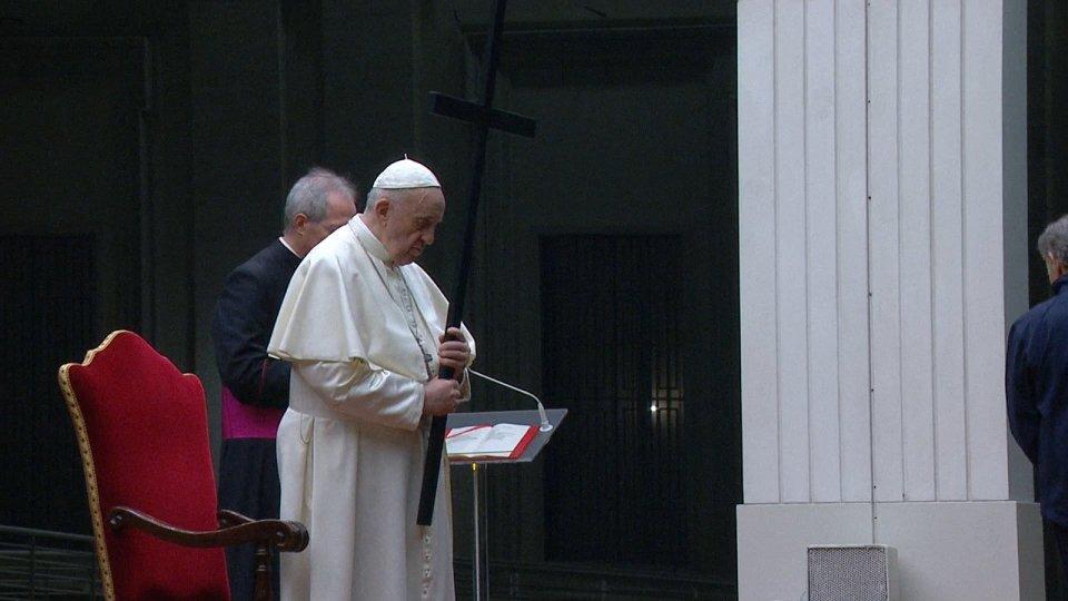 Le croci di oggi e le meditazioni degli invisibili nella via crucis di Papa Francesco