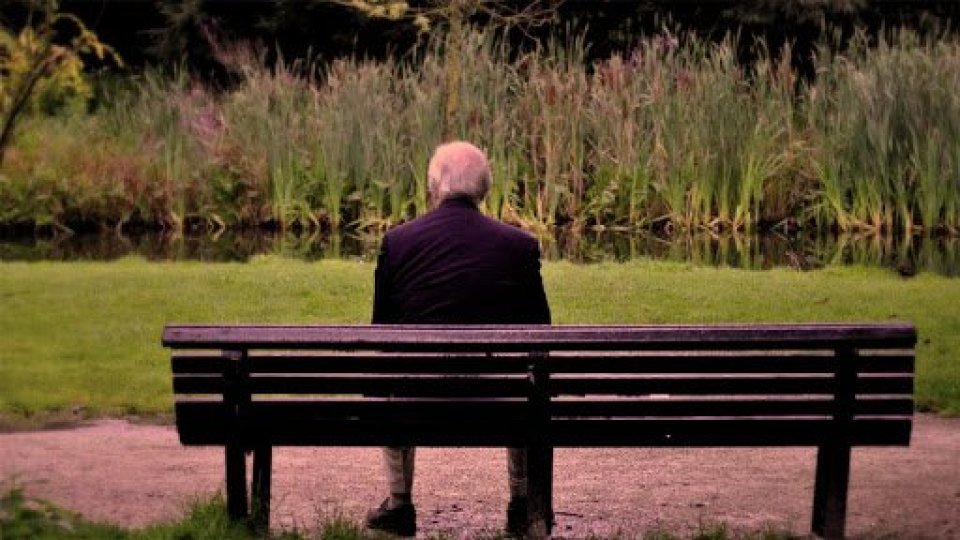 Piange su una panchina perchè non mangia da tre giorni