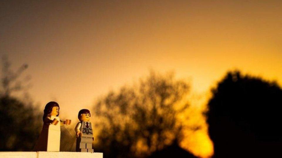 Fotografo in isolamento realizza un servizio per due sposi LEGO