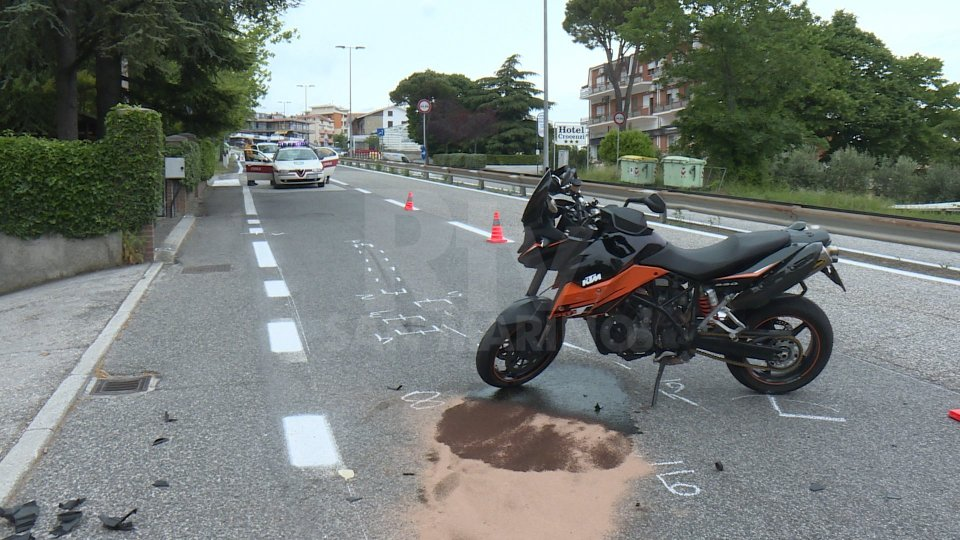 Incidente sulla superstrada: moto con a bordo due persone si scontra con auto