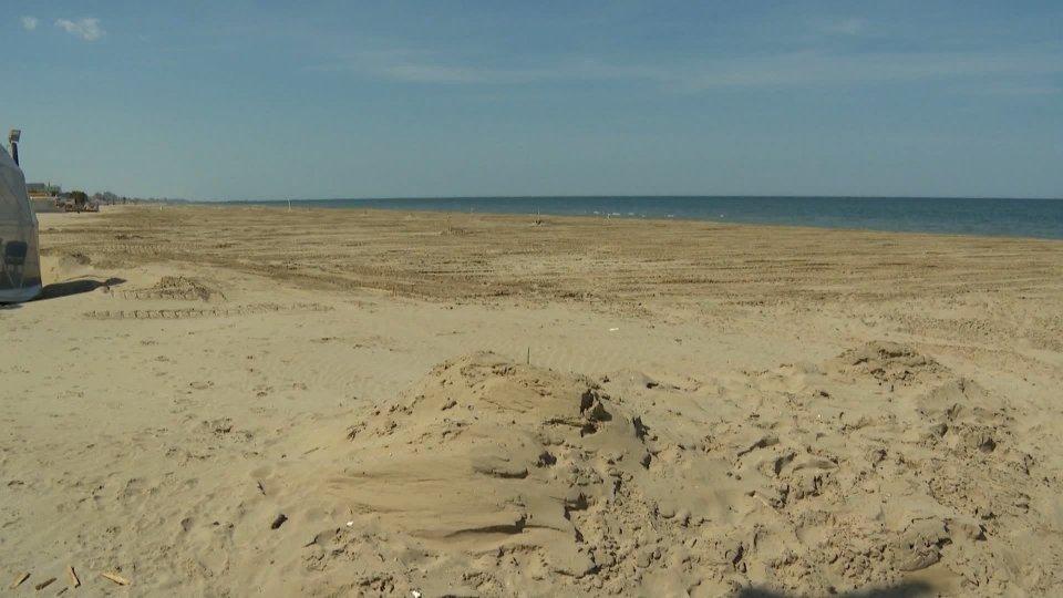 """Stagione balneare, sabato si parte ma molte spiagge del riminese resteranno chiuse: """"Non siamo ancora pronti"""""""