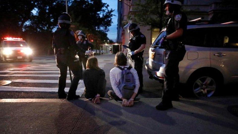 Manifestanti fermati dalla polizia a New York (Ansa)