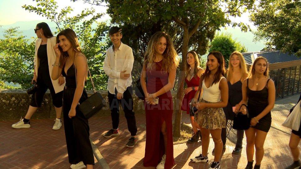 San Marino: giovani star dei social a passeggio per il centro storico. Il Titano raccontato a milioni di follower