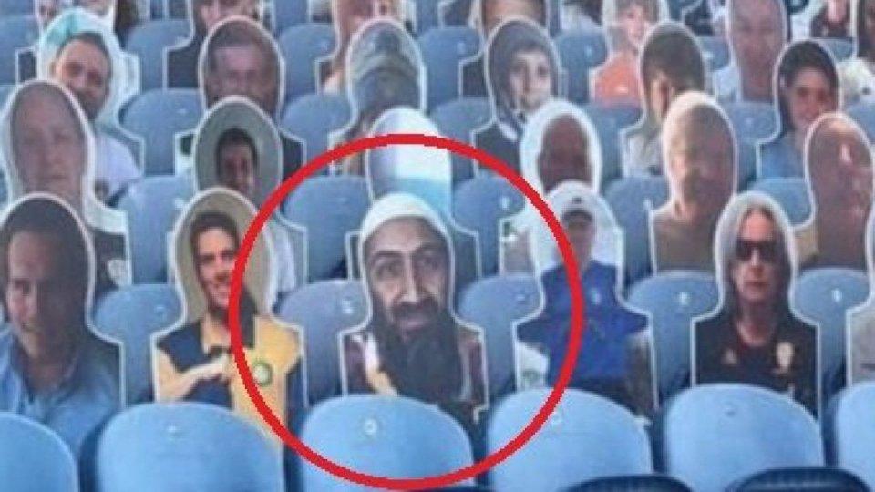 Sugli spalti appare il volto di Osama Bin Laden